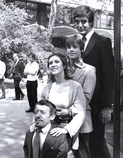 Kenny-Baker-R2-D2-Carrie-Fisher-Princess-Leia-Mark-Hamill-Luke-Skywalker-Peter-Mahew-Chewbacca-in-a-Star-Wars-behind-the-scene-photo16